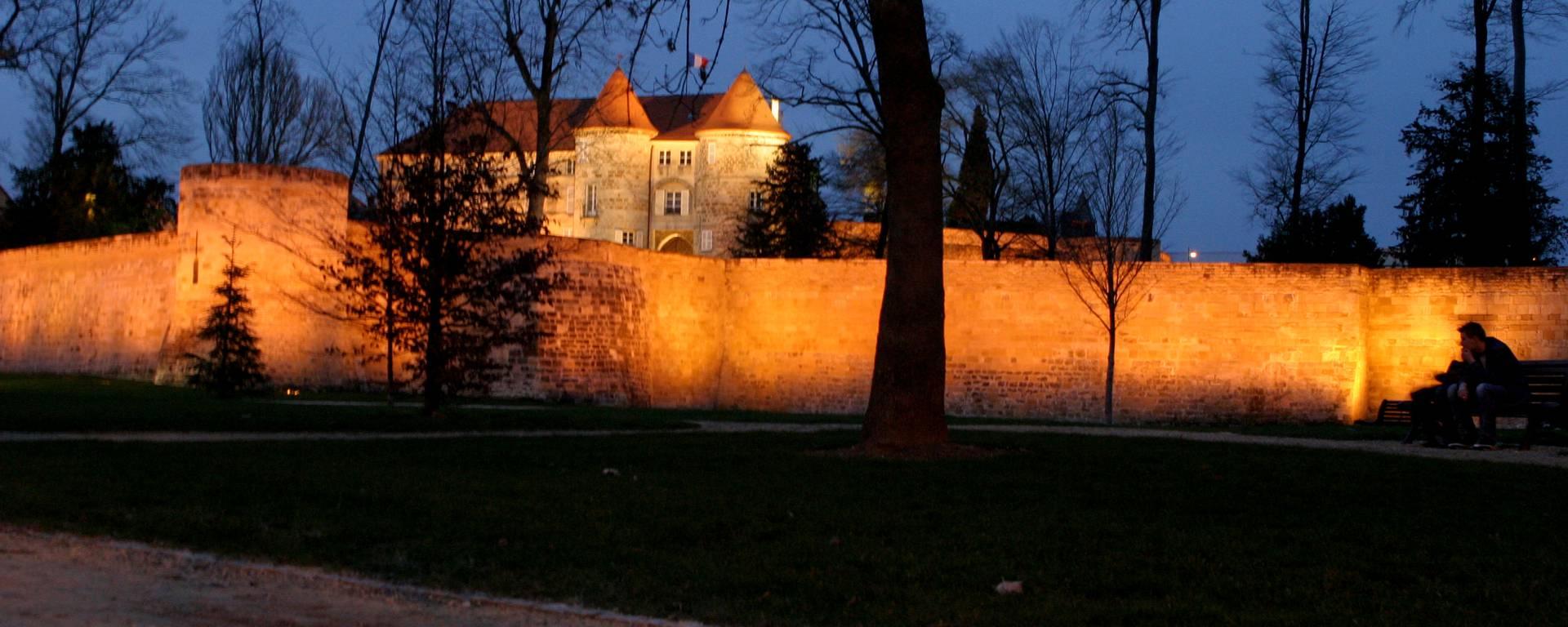 Promenade des remparts la nuit