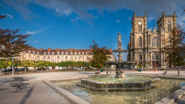 La Collégiale Notre-Dame-de l'Assomption et la Place d'Armes - Deutsch